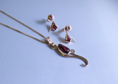 cabochon garnets set in 9ct yellow pendant and earrings